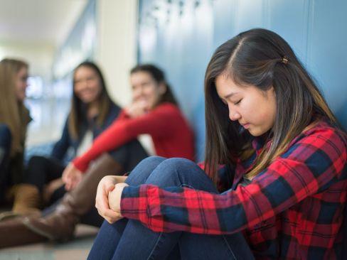 girl-getting-bullied-in-high-school-hallway-505845246-59552e943df78cdc29bf5c54